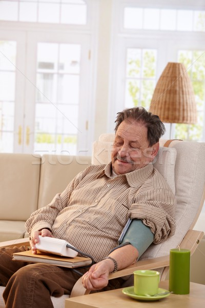Stockfoto: Oude · man · bloeddruk · home · vergadering · fauteuil