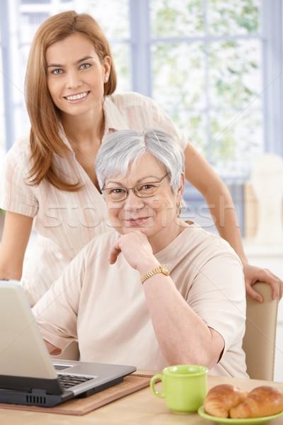 Stock fotó: Portré · nagymama · leányunoka · laptopot · használ · otthon · mosolyog