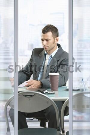 Foto stock: Empresário · tempo · em · pé · escritório · entrada · olhando