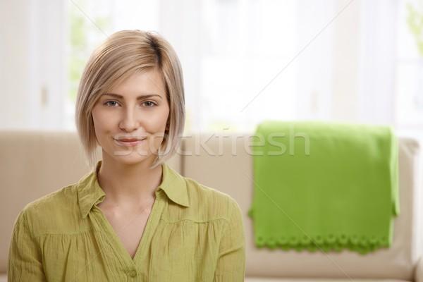 Stok fotoğraf: çekici · sarışın · kadın · portre · gülen · ev · kanepe