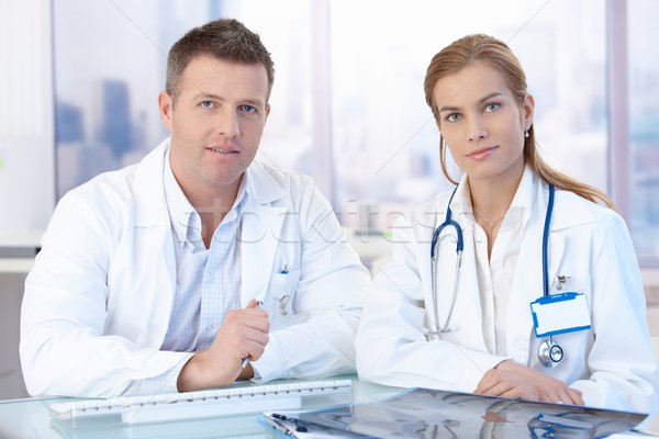 Stok fotoğraf: Genç · doktorlar · oturma · büro · ofis · danışman