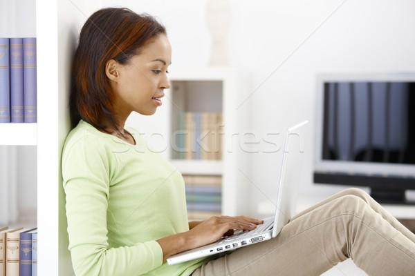 Photo stock: Femme · tapant · joli · afro · ordinateur · portable · salon