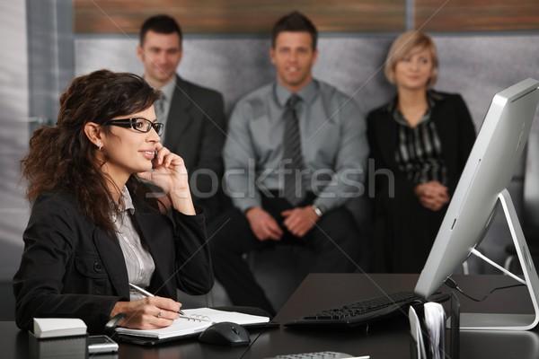 Stok fotoğraf: Işkadını · konuşma · hareketli · genç · oturma · büro