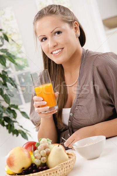 Stok fotoğraf: Sağlıklı · kahvaltı · genç · kadın · oturma · tablo · tahıl