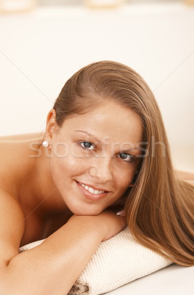 Foto stock: Belo · mulher · jovem · massagem · cama · retrato