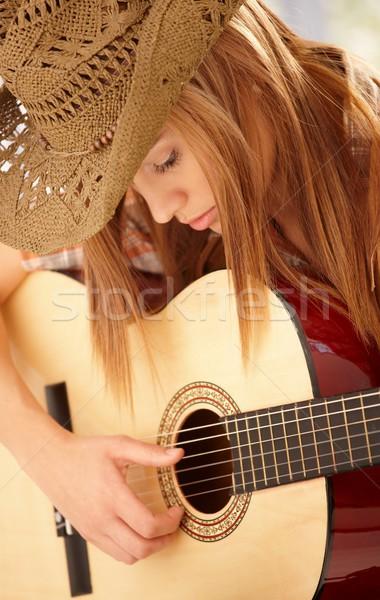 Mulher jovem jogar guitarra ocidental seis mulher Foto stock © nyul