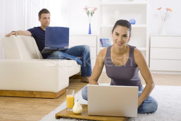 Jeune femme séance étage maison utilisant un ordinateur portable Photo stock © nyul