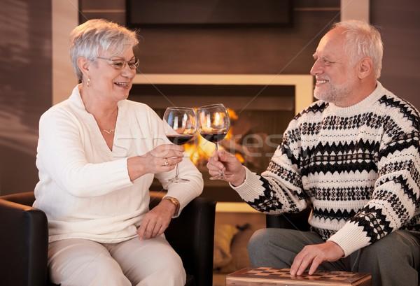 Nyugdíjas férj feleség iszik bor együtt Stock fotó © nyul