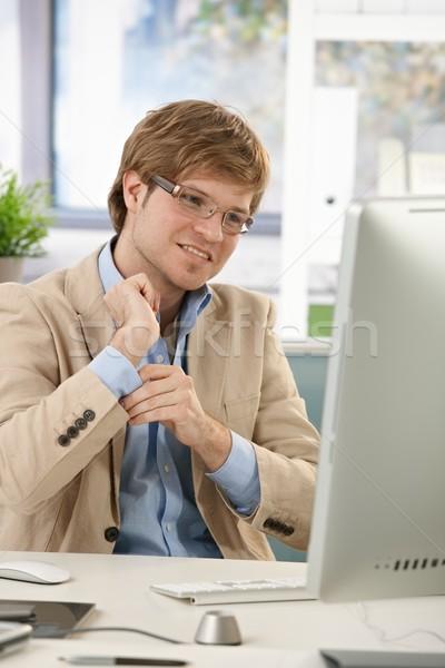 Biznesmen biurko posiedzenia rękaw uśmiechnięty Zdjęcia stock © nyul