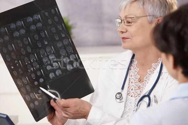 医師 患者 スキャン 結果 ストックフォト © nyul