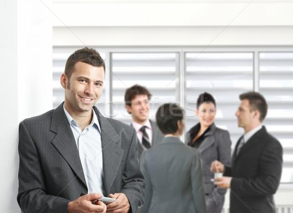 üzletember megbeszélés áll mobiltelefon kéz tárgyalóterem Stock fotó © nyul