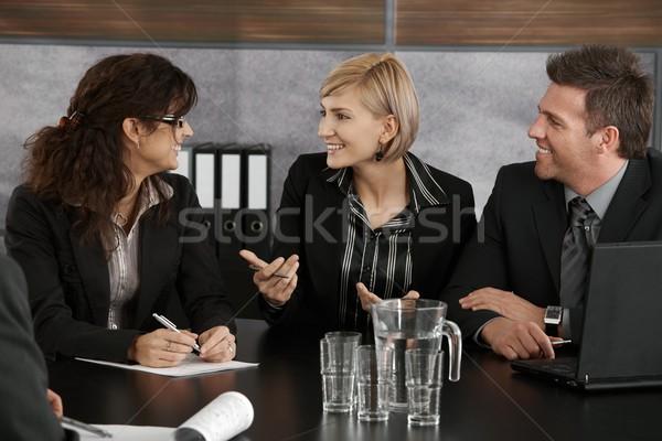 Zakenvrouw uitleggen vergadering gelukkig collega's zakelijke bijeenkomst Stockfoto © nyul