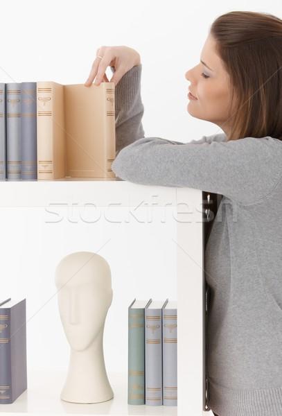 Stok fotoğraf: Kadın · bakıyor · kitaplar · raf · ev
