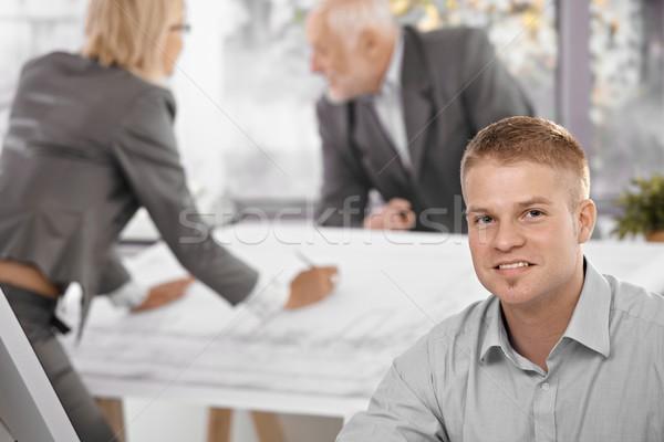 Foto stock: Jovem · trabalhador · de · escritório · colegas · foco · sorridente · câmera