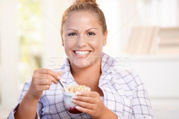 Bastante nina comer yogurt casa dieta Foto stock © nyul