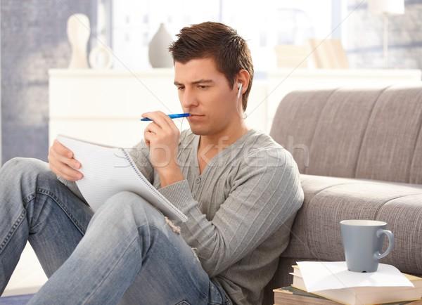 Egyetemi hallgató fickó ül padló tanul otthon Stock fotó © nyul