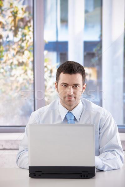 Zdjęcia stock: Portret · biznesmen · młodych · pracy · laptop · jasne