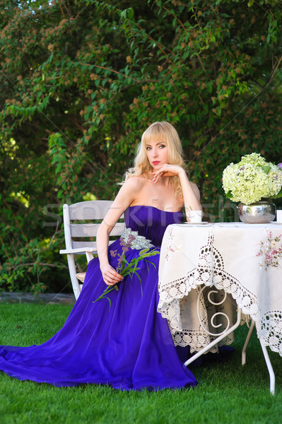 Vrouw tabel tuin mooie vrouw avond toga Stockfoto © O_Lypa