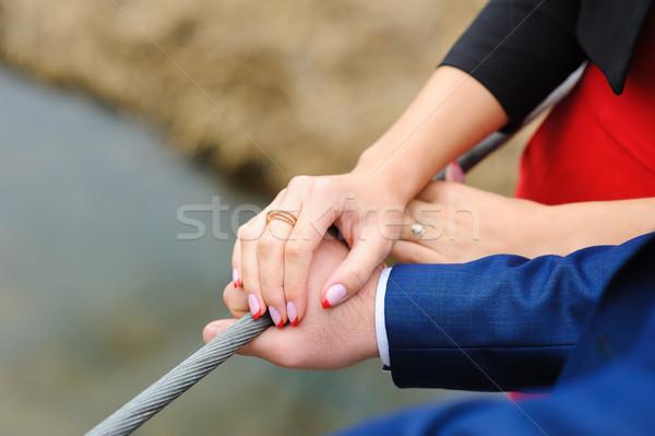 Pár kéz a kézben szerető csinos fiatal pér szabadtér Stock fotó © O_Lypa