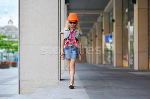 Kleines Mädchen Sonnenbrillen orange hat Porträt Mädchen Stock foto © O_Lypa