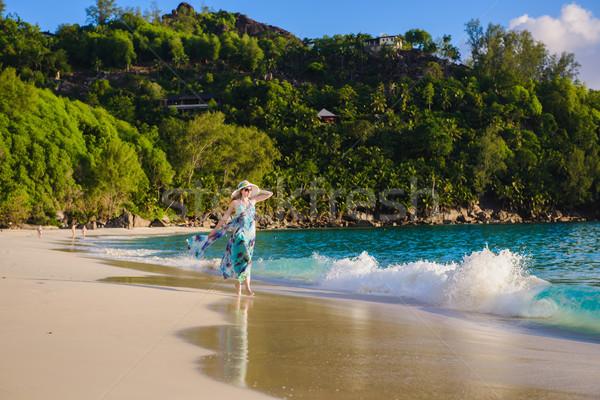 Magányos lány sétál tengerpart nyár ruha Stock fotó © O_Lypa