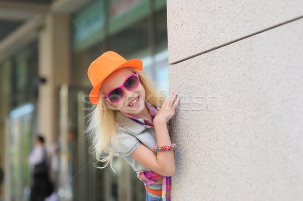 Portret meisje zonnebril aanbiddelijk gelukkig kind Stockfoto © O_Lypa