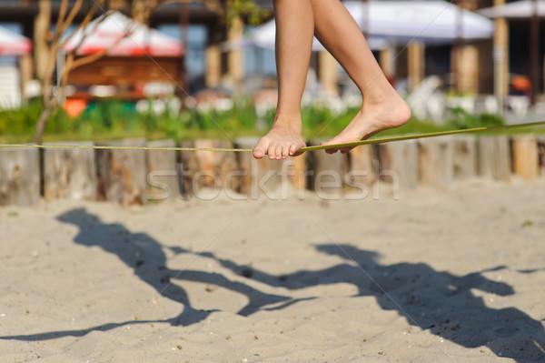 Lány sétál csúzli gyermek egyensúlyoz tengerpart Stock fotó © O_Lypa