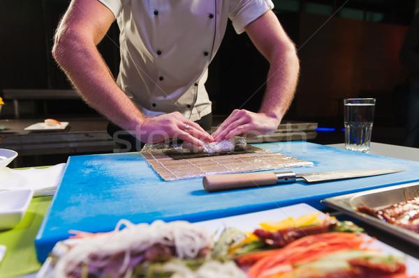 Mannelijke sushi handen touch bamboe klein Stockfoto © O_Lypa