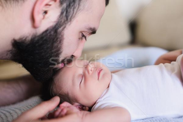 Jonge vader pasgeboren baby slapen zoon Stockfoto © O_Lypa