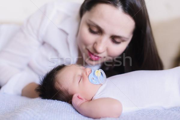 Gelukkig jonge moeder slapen baby Stockfoto © O_Lypa