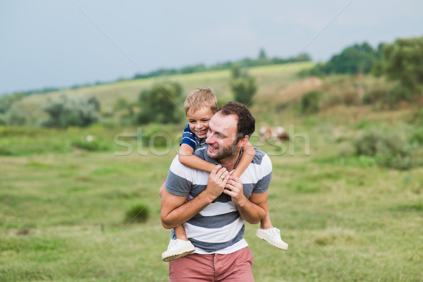 Kind vergadering schouders vader gelukkig man Stockfoto © O_Lypa