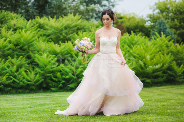 Gyönyörű menyasszony park portré aranyos hölgy Stock fotó © O_Lypa