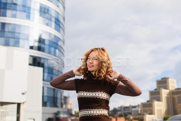 Beautiful girl telhado menina posando compras centro Foto stock © O_Lypa