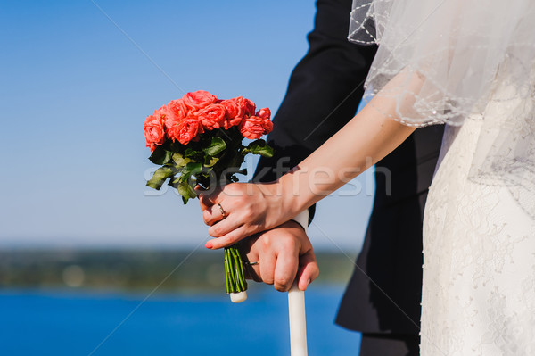 Bruid bruidegom boeket rivier holding handen Stockfoto © O_Lypa