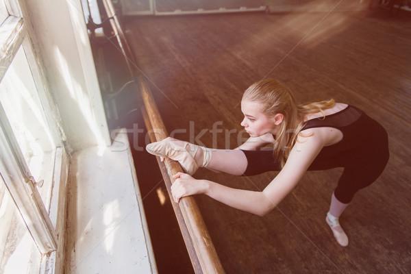 Női balett-táncos nyújtás balett felső lövés Stock fotó © O_Lypa