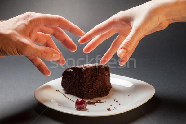Mãos bolo de chocolate fatia delicioso cereja branco Foto stock © O_Lypa