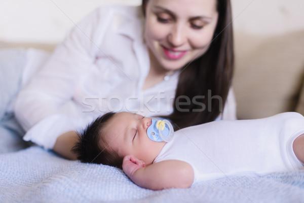Gelukkig jonge moeder slapen baby pasgeboren Stockfoto © O_Lypa