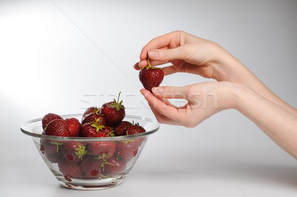Fresche fragole mani primo piano vetro ciotola Foto d'archivio © O_Lypa