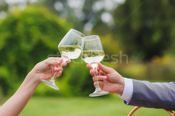 Casal potável vinho vinho branco ao ar livre óculos Foto stock © O_Lypa
