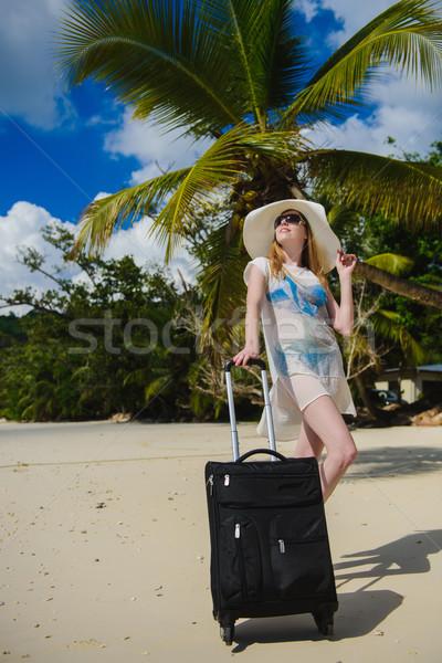 Utazó lány csomagok trópusi tengerpart gyönyörű fiatal nő Stock fotó © O_Lypa