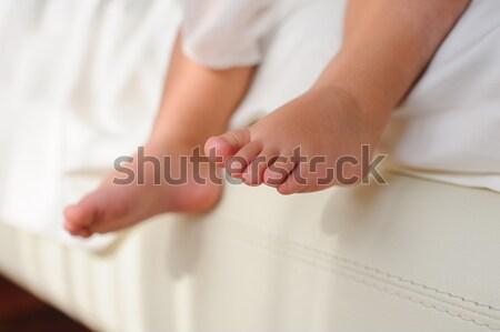 Bose stopy posiedzenia bed baby dzieci stóp Zdjęcia stock © O_Lypa