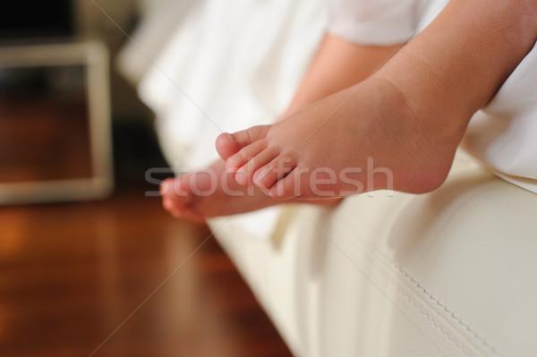 Pieds nus séance lit bébé enfants pied Photo stock © O_Lypa