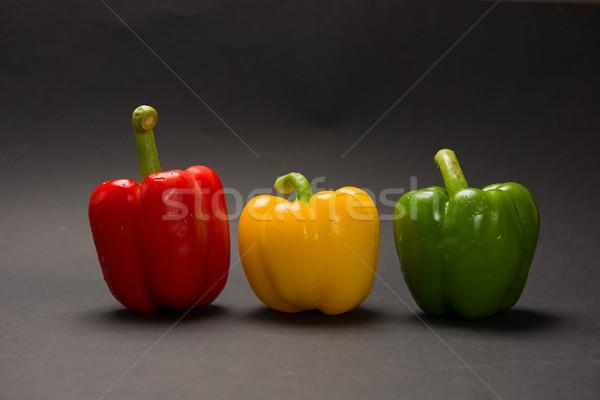 Drie paprika zwarte verschillend kleuren liggen Stockfoto © O_Lypa