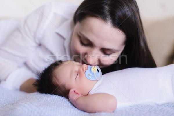 Boldog fiatal anya alszik baba újszülött Stock fotó © O_Lypa