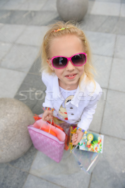 Fiatal kislány tele bevásárlótáskák áll butik Stock fotó © O_Lypa