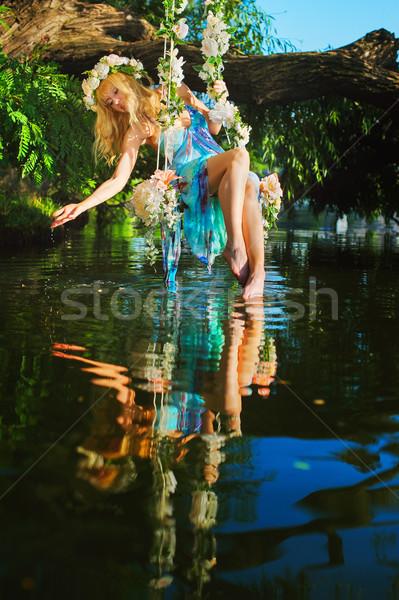 Dziewczyna huśtawka rzeki drzewo odznaczony Zdjęcia stock © O_Lypa
