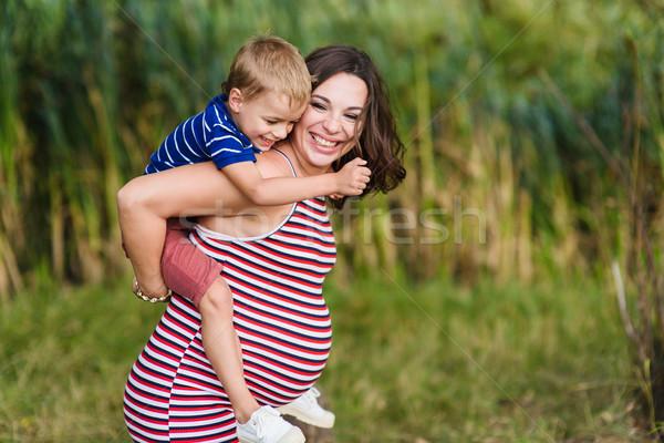 ребенка сидят Плечи беременна матери счастливым Сток-фото © O_Lypa