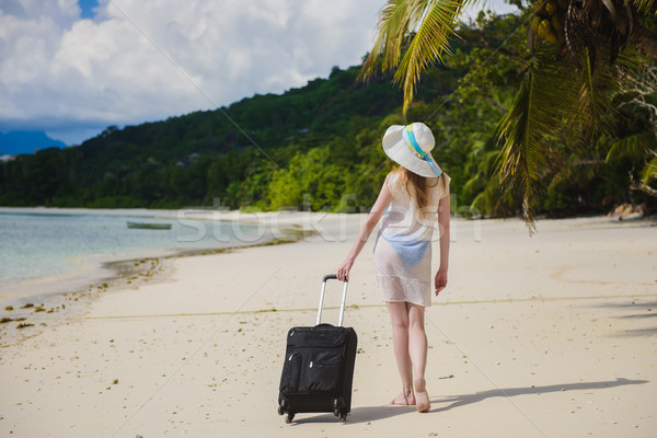 Kadın bavul tropikal plaj güzel genç kadın beyaz elbise Stok fotoğraf © O_Lypa