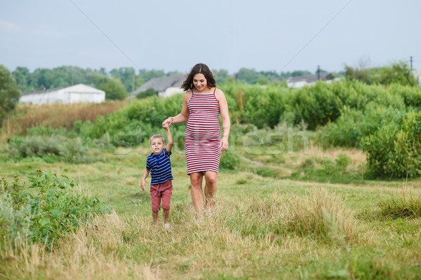Zwangere vrouw zoon lopen platteland gelukkig zwangere Stockfoto © O_Lypa