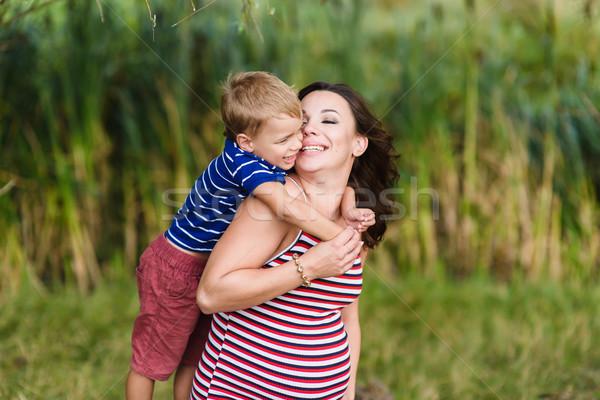 Jongen zoenen zwangere moeder gelukkig Stockfoto © O_Lypa